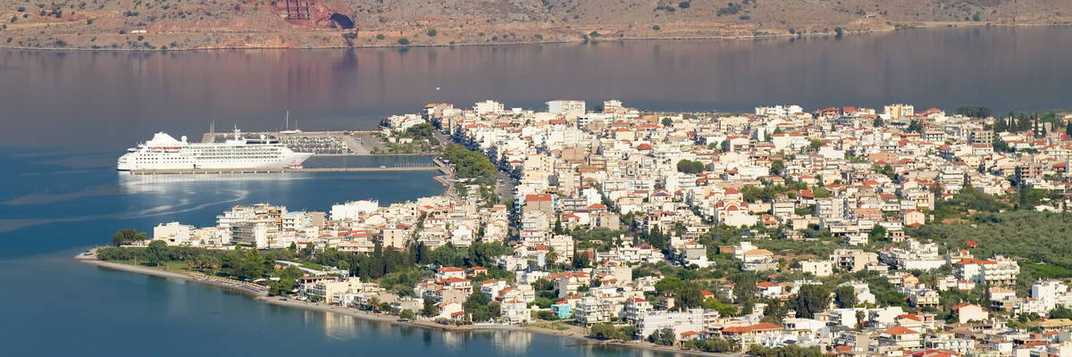 A view from above of the town of Itea