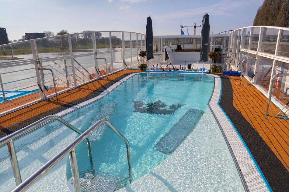 The pool and swim up bar on AmaMora