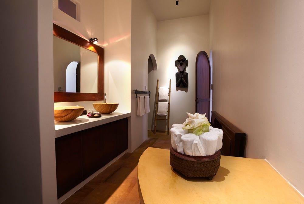 Bathroom Explorer, Navutu, Siem Reap, Cambodia