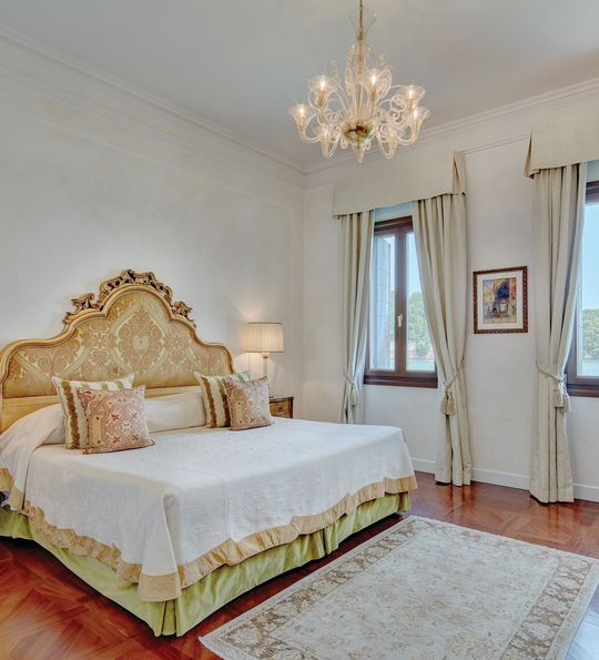 Guest room at Belmond Cipriani