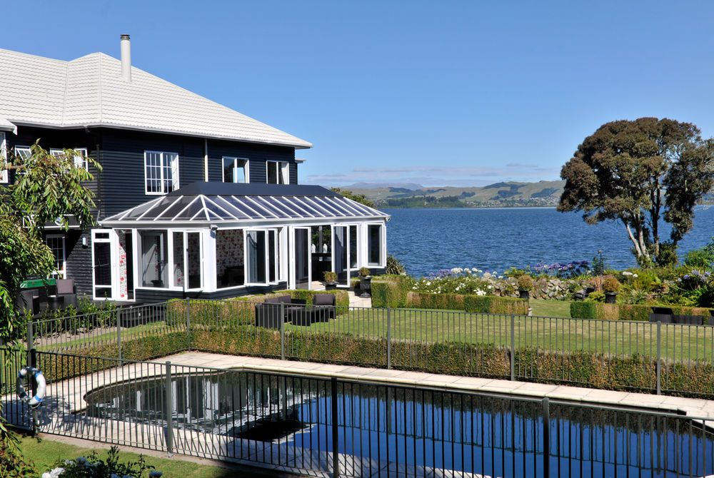 Black Swan Boutique pool and lake, New Zealand