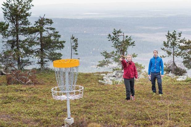 A couple playing disc golf near Levi, Finnish Laplan