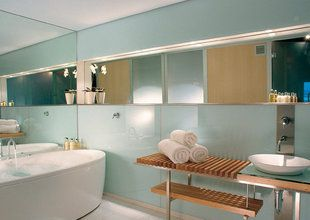 Henry Jones Art Hotel bathroom