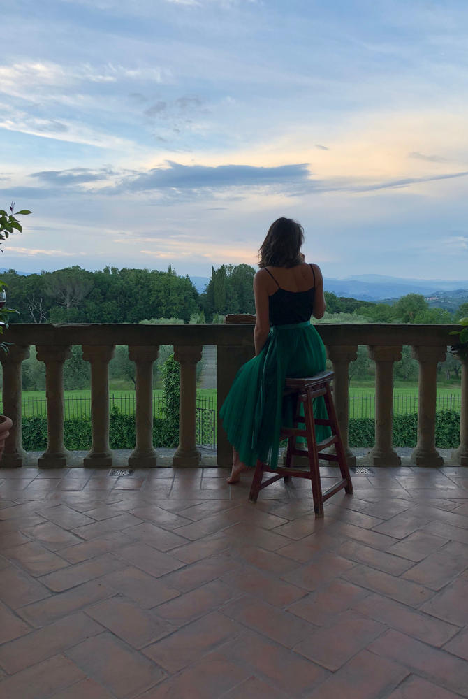 Victoria Jusko in the vineyards of Tuscany