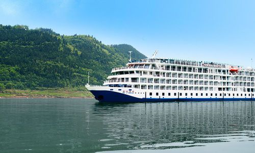 Viking Emerald sailing in the sunshine on the Yangtze River