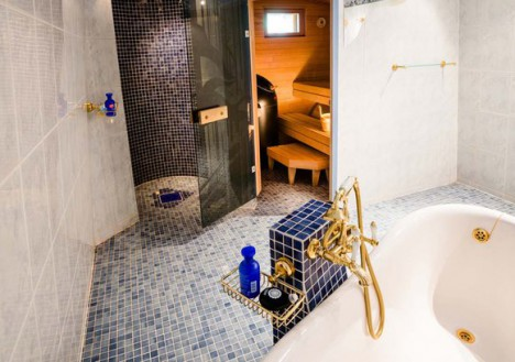 Hotel Kakslauttanen kelo-glass igloo bathroom and sauna
