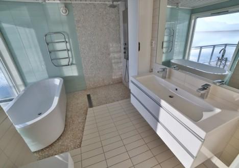 Deluxe Cabin Bathroom